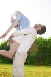 Família e conceito de Rellationships Pares caucasianos novos Embrac Imagens de Stock Royalty Free