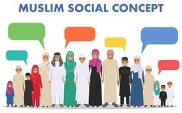 Família e conceito social Agrupe as crianças árabes muçulmanas que estão junto e a bolha do discurso em tradicional diferente Foto de Stock Royalty Free