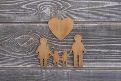 Família e coração em um fundo de madeira Foto de Stock Royalty Free