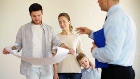 Família e corretor de imóveis felizes na casa nova ou no apartamento vídeos de arquivo