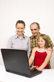 Família e portátil Fotografia de Stock Royalty Free