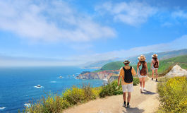 Família em caminhar a viagem que descansa sobre a montanha imagem de stock royalty free