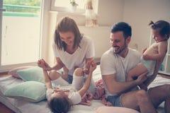 Família em casa Família alegre que tem o divertimento com sua filha foto de stock royalty free