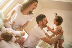 Família em casa Família alegre que tem wi do divertimento imagem de stock royalty free