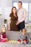 Família em casa que sorri Imagem de Stock