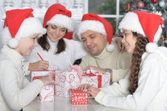 Família em chapéus de Santa Fotos de Stock Royalty Free