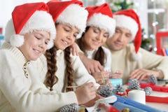 Família em chapéus de Santa Fotografia de Stock Royalty Free