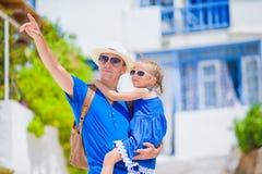 Família em Europa O pai feliz e a menina adorável pequena em Mykonos no grego do verão vacation fotografia de stock