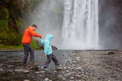 Família em Islândia imagens de stock