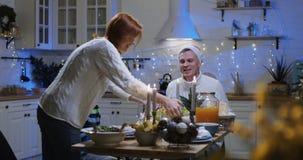 Família em torno da tabela no jantar de Natal filme