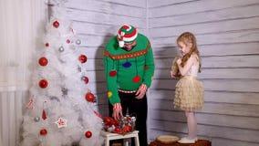 Família em torno de uma árvore de Natal para decorá-la video estoque