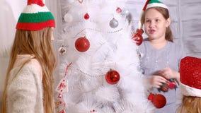 Família em torno de uma árvore de Natal para decorá-la vídeos de arquivo