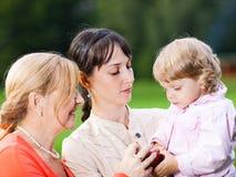 Família em um parque imagem de stock royalty free