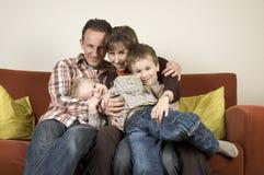 Família em um sofá 3 fotos de stock royalty free