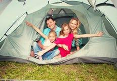 Família em uma barraca fotografia de stock royalty free
