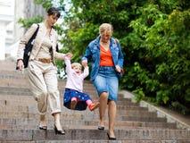 Família em uma escadaria do parque Fotografia de Stock Royalty Free