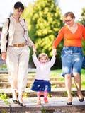 Família em uma escadaria do parque imagem de stock