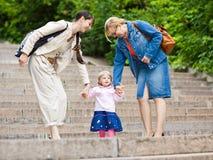 Família em uma escadaria do parque imagens de stock royalty free
