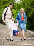 Família em uma escadaria do parque fotos de stock