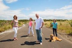 Família em uma estrada secundária quieta Fotos de Stock Royalty Free