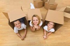 Família em uma HOME nova imagem de stock
