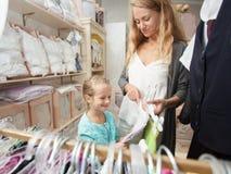 Família em uma loja do ` s das crianças Fotos de Stock