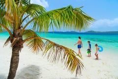 Família em uma praia Foto de Stock Royalty Free