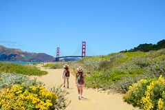 Família em uma viagem de caminhada que aprecia a paisagem litoral bonita fotos de stock royalty free