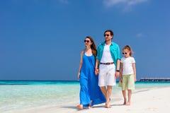 Família em umas férias tropicais da praia Fotografia de Stock