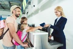 A família em verifica dentro a mesa no aeroporto imagens de stock