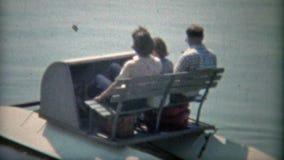 1968: Família embalada em um paddleboat em uma lagoa Washington DC video estoque