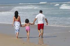 Família encantadora na praia fotografia de stock