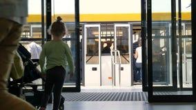 A família entra aterrar no aeroporto video estoque