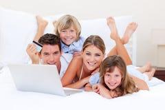 Família entusiástica que compra em linha fotografia de stock royalty free