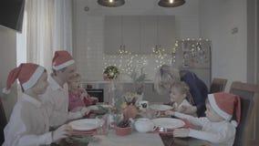 Família entusiasmado feliz bonita de seis jantares de Natal de comemoração na cozinha acolhedor da atmosfera festiva video estoque