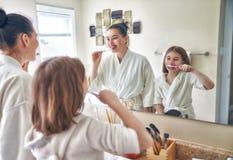 A família está escovando os dentes Fotos de Stock Royalty Free