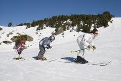 A família está esquiando Imagens de Stock Royalty Free
