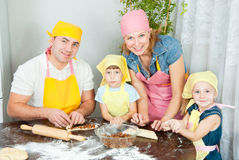 A família está preparando-se Imagens de Stock Royalty Free