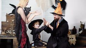 A família está tendo o divertimento e está jogando-o em trajes de Dia das Bruxas Fam?lia no Dia das Bruxas Boas festas Conceito d vídeos de arquivo