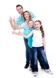 A família europeia feliz com crianças mostra os polegares acima do sinal Fotografia de Stock Royalty Free