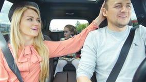 A família expulsa do posto de gasolina aprecia o close up do passatempo video estoque