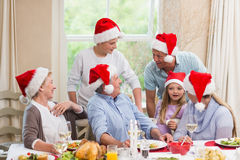 Família extensa feliz no chapéu de Santa que fala junto Fotos de Stock