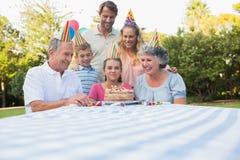 Família extensa feliz que comemora o aniversário das meninas imagem de stock