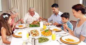Família extensa que diz a benevolência antes do jantar video estoque