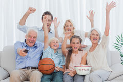 Família extensa que olha a tevê Fotografia de Stock Royalty Free