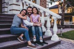 Família feliz ao ar livre imagens de stock royalty free