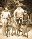 Família feliz ativa com exterior Foto de Stock Royalty Free