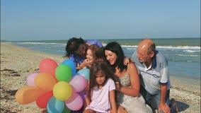 Família feliz Avó, avô, mãe, a filha a mais nova e uma filha de dezessete anos com Síndrome de Down filme