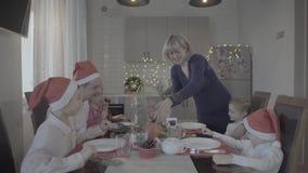 Família feliz bonita entusiasmado de seis jantares de Natal de comemoração na cozinha acolhedor da atmosfera festiva vídeos de arquivo