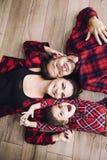 Família feliz bonita feliz junto que encontra-se em casa no woode Imagens de Stock
